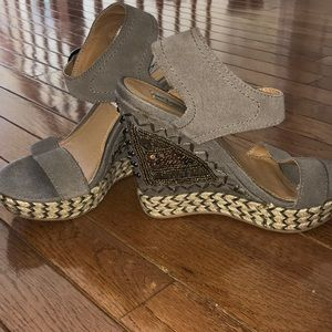 Wedges with beading in grey